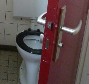 Ook de deur van een toilet van 50 jaar oud is al 250.000 keer op slot gedraaid en weer geopend.